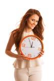 Kvinna som visar en klocka som ett tecken av tidledning Arkivbild