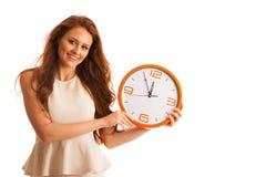 Kvinna som visar en klocka som ett tecken av tidledning Royaltyfri Foto