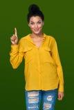 Kvinna som visar ett finger Arkivbild