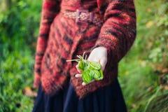Kvinna som visar handfullsyra royaltyfri bild