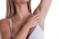 Kvinna som visar hennes armhåla Fotografering för Bildbyråer