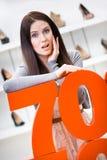 Kvinna som visar procentsatsen av försäljningar på skor Royaltyfria Foton