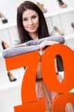 Kvinna som visar procentsatsen av försäljningar på stilfulla pumpar Arkivfoton