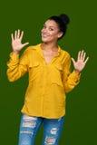 Kvinna som visar tio fingrar Arkivbilder