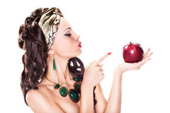 Kvinna som väljer en sunda Apple - banta begrepp Arkivbild