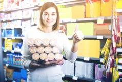 Kvinna som väljer läckra kakor i supermarket Royaltyfria Foton