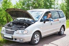 Kvinna som väntar för att hjälpa, och tummar upp från bilen Royaltyfri Bild