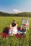 Kvinna som väntar på grön äng Arkivfoton