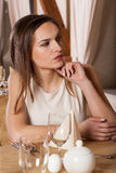 Kvinna som väntar på något i restaurang Fotografering för Bildbyråer