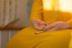 Kvinna tänd hand, räkningar Malas, trådar av gemstonespärlor royaltyfria bilder