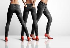 Kvinna tre i jeans från baksida Arkivbilder