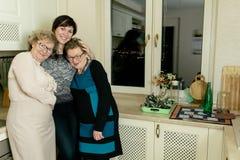 Kvinna tre i köket Arkivfoto