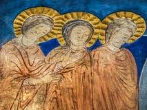 Kvinna tre på gravvalvet av Jesus på påsken söndag Royaltyfri Bild