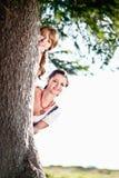 Kvinna två bak en Tree Royaltyfri Bild