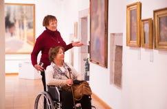 Kvinna två i konstgalleri Arkivbild