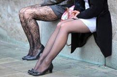 Kvinna två med sexiga ben fotografering för bildbyråer
