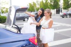 Kvinna två, når att ha shoppat Royaltyfria Foton