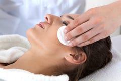 Kvinna under ansiktsbehandling som rentvår i brunnsort Royaltyfri Fotografi