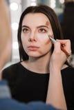Kvinna under att dra upp konturerna av tillvägagångssätt fotografering för bildbyråer