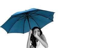 Kvinna under det blåa paraplyet som kryper ihop med skräck stock video