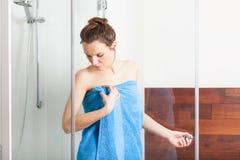 Kvinna under dusch Royaltyfria Bilder