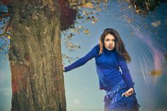 Kvinna under falltree Arkivfoto