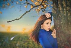 Kvinna under falltree Royaltyfri Bild