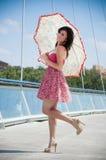 Kvinna under paraplyet Arkivbild
