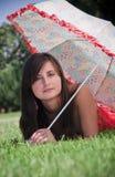 Kvinna under paraplyet Arkivbilder