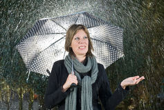 Kvinna under paraplyet Arkivfoton