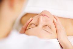 Kvinna under yrkesmässig ansikts- massage i skönhet Royaltyfri Fotografi