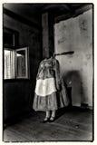 Kvinna utan en head bärande folkdräkt Konstverk för blandat massmedia Arkivfoton