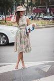 Kvinna utanför Armani modeshower som bygger för Milans Womens modeveckan 2014 Royaltyfri Bild