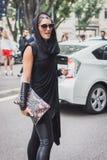 Kvinna utanför Armani modeshower som bygger för Milans Womens modeveckan 2014 Arkivfoton