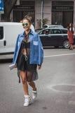 Kvinna utanför Armani modeshower som bygger för Milans Womens modeveckan 2014 Arkivfoto