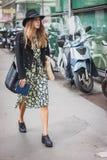 Kvinna utanför Armani modeshower som bygger för Milans Womens modeveckan 2014 Arkivbild