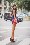 Kvinna utanför Armani modeshower som bygger för Milans Womens modeveckan 2014 Fotografering för Bildbyråer