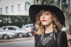 Kvinna utanför Armani modeshower som bygger för Milans Womens modeveckan 2014 Royaltyfria Foton
