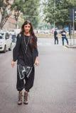 Kvinna utanför Armani modeshower som bygger för Milans Womens modeveckan 2014 Royaltyfria Bilder