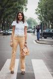 Kvinna utanför Armani modeshower som bygger för Milans Womens modeveckan 2014 Royaltyfri Foto