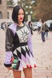 Kvinna utanför Cavalli modeshower som bygger för Milans Womens modeveckan 2014 Royaltyfri Fotografi