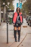 Kvinna utanför Cavalli modeshower som bygger för Milans Womens modeveckan 2014 Arkivfoton