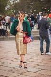Kvinna utanför Cavalli modeshower som bygger för Milans Womens modeveckan 2014 Arkivfoto