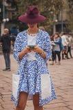 Kvinna utanför Cavalli modeshower som bygger för Milans Womens modeveckan 2014 Royaltyfria Bilder