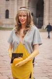 Kvinna utanför Cavalli modeshower som bygger för Milans Womens modeveckan 2014 Royaltyfria Foton