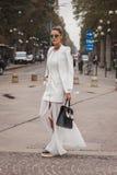 Kvinna utanför Cavalli modeshower som bygger för Milans Womens modeveckan 2014 Arkivbilder