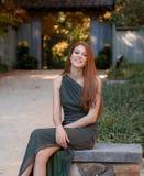 Kvinna utanför i nedgång Royaltyfria Bilder