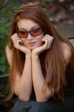 Kvinna utanför i solglasögon Royaltyfri Bild