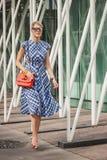Kvinna utanför Jil Sander modeshower som bygger för Milans Womens modeveckan 2014 Royaltyfri Foto