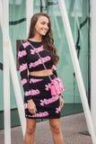 Kvinna utanför Jil Sander modeshower som bygger för Milans Womens modeveckan 2014 Arkivfoto